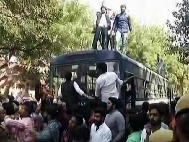 Videos : MoJo@7: दिल्ली के कॉलेज में AISA और ABVP से जुड़े छात्रों में भिड़ंत