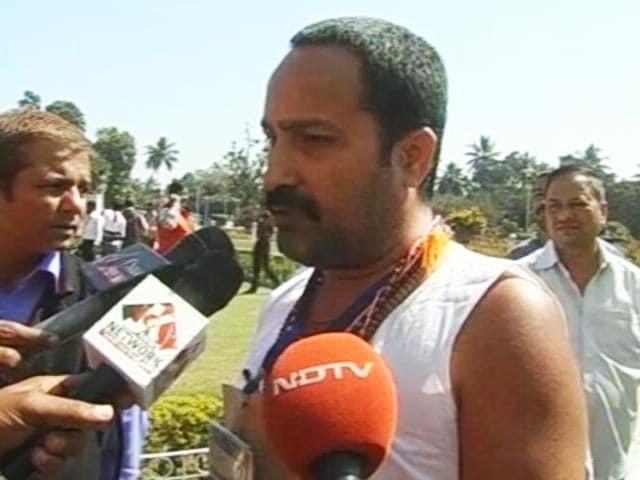 Videos : बिहार विधानसभा में रेंगते हुए पहुंचे विधायक