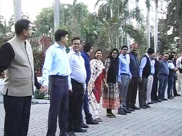 Video : साथी की गिरफ्तारी से नाराज़ बिहार IAS संघ