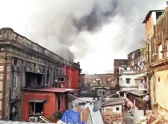 Video : कोलकाता के बड़ा बाज़ार में लगी भीषण आग