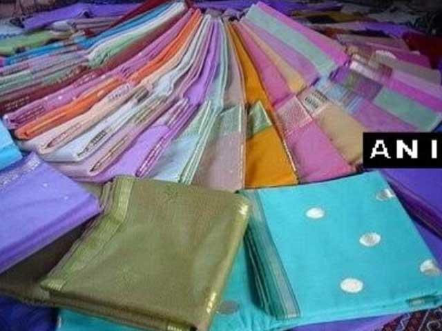 Videos : कर्नाटक में सेल्स टैक्स अफसर के घर छापे में मिलीं 7,000 साड़ियां