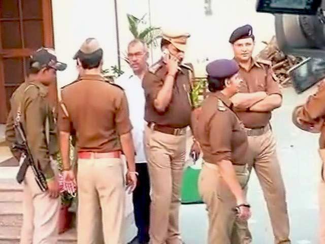 Videos : MoJo@7: रेप के आरोपी यूपी के मंत्री गायत्री प्रजापति के घर पहुंची पुलिस