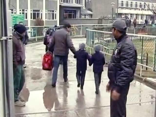 Videos : 8 महीने बाद कश्मीर के स्कूल दोबारा खुले