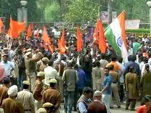 Video : दिल्ली यूनिवर्सिटी की आर्ट्स फैकल्टी में एबीवीपी का मार्च