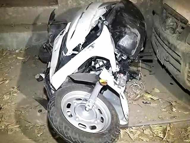 Video : दिल्ली के पश्चिम विहार इलाके में मर्सिडीज ने स्कूटी को मारी टक्कर