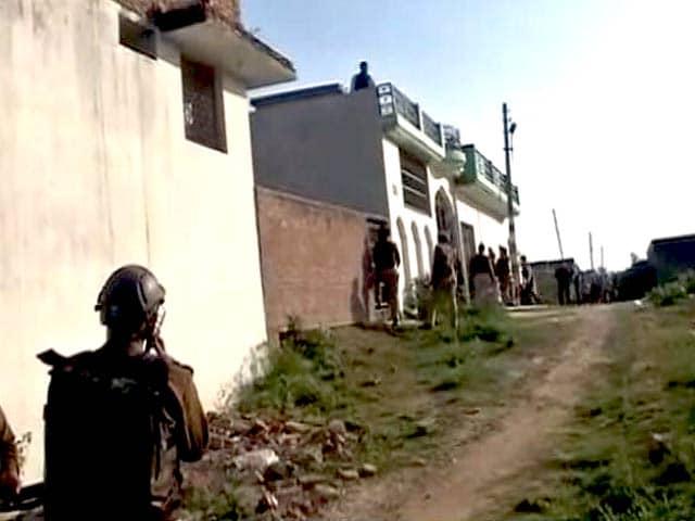 Video : इंडिया 7 बजे : लखनऊ में घर में छिपे संदिग्ध आतंकी से पुलिस की मुठभेड़