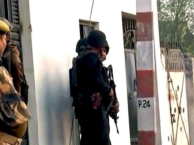 Videos : इंडिया 8 बजे : लखनऊ में संदिग्ध आतंकी को जिंदा पकड़ने की कोशिश