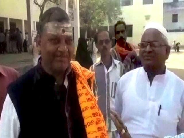 Videos : UP elections 2017: वाराणसी में मतदान के दौरान गंगा-जमुनी तहजीब की झलक दिखी