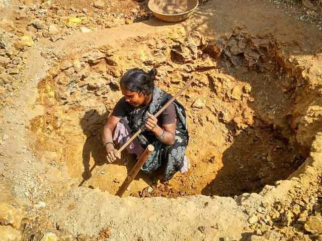 Video : This Pregnant Woman Dug A Pit Near Her House. All For A Toilet