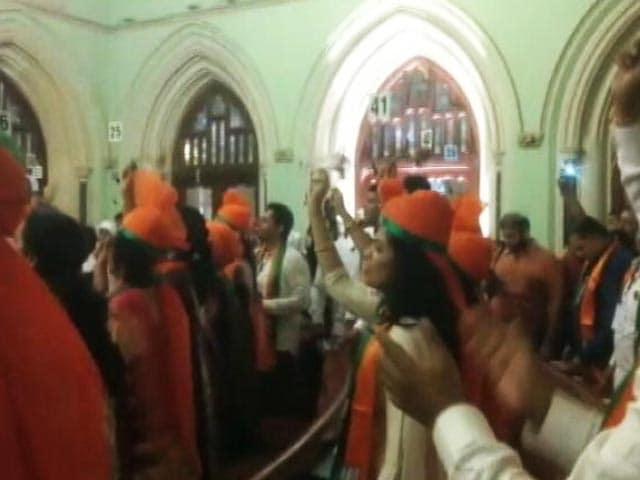 Video : मुंबई मेयर चुनाव : 'मोदी-मोदी' के नारे के जवाब में लगे बाला साहेब के जयकारे