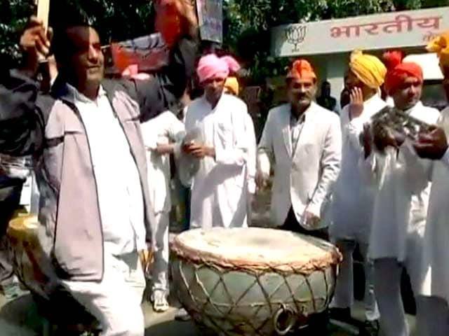 Videos : दिल्ली के बीजेपी मुख्यालय में जश्न का माहौल