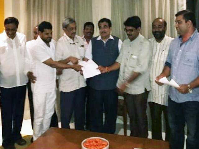 Videos : पर्रिकर हो सकते हैं गोवा के मुख्यमंत्री, राज्यपाल से की मुलाकात