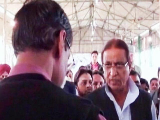 Video : Threats by Azam Khan Near Counting Centre Caught On Camera