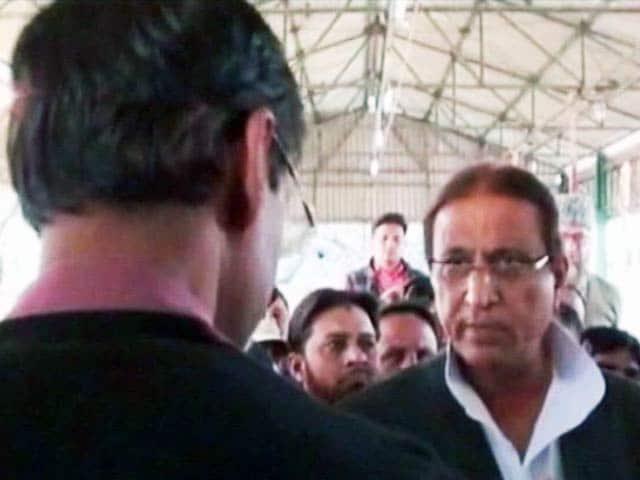Videos : सपा नेता आजम खान को आया गुस्सा, अधिकारी पर जमकर बरसे