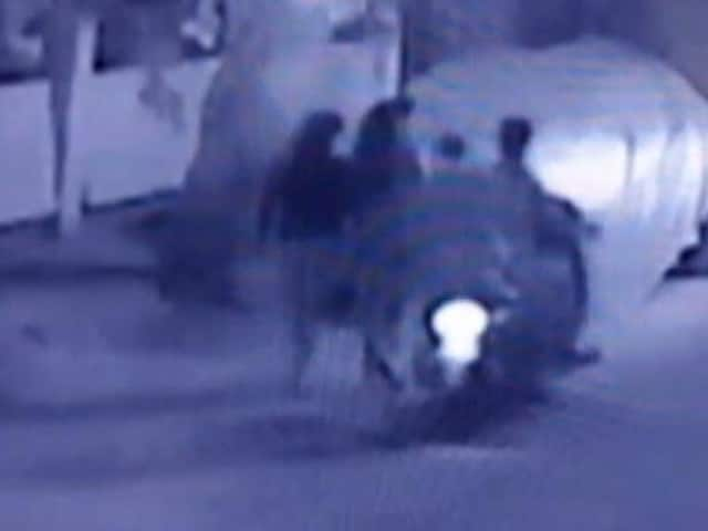 Videos : बेंगलुरु में महिला से सरेराह छेड़छाड़, कैमरे में कैद हुई घटना