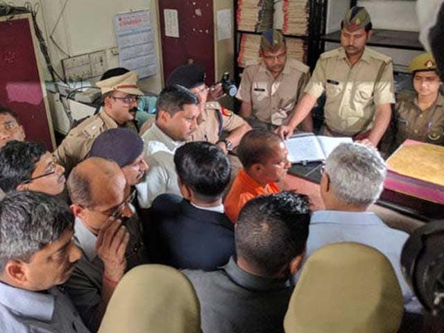 Videos : इंडिया 8 बजे : क़ानून-व्यवस्था दुरुस्त करने में जुटे योगी, कोतवाली का किया मुआयना