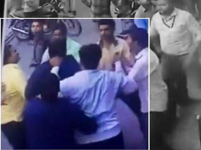 Video : यूपी के बुलंदशहर में एक निजी अस्पताल के डॉक्टर की पिटाई