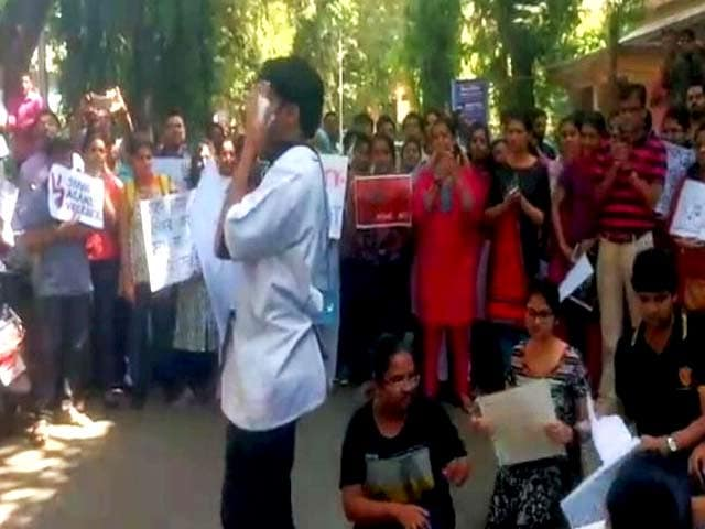 Video : पांच दिनों के सामूहिक अवकाश के बाद काम पर लौटे मुंबई के 4,500 रेज़िडेंट डॉक्टर