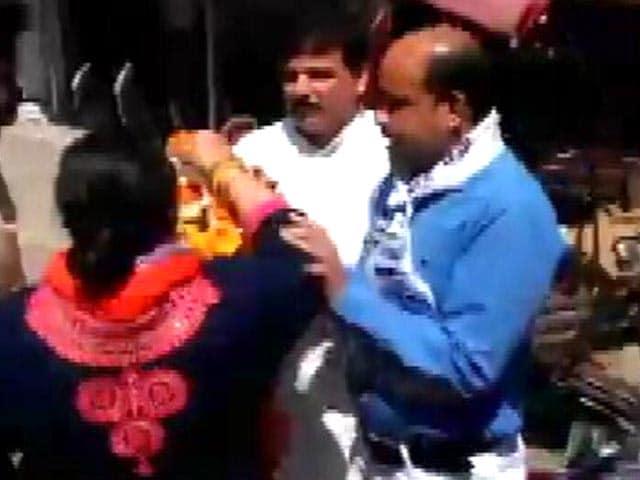 Video : आम आदमी पार्टी के नेता संजय सिंह को महिला कार्यकर्ता ने मारा थप्पड़