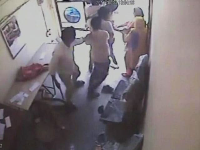 Video : Caught On Camera: How Gurgaon Women Fought Off Armed Robbers At Bank