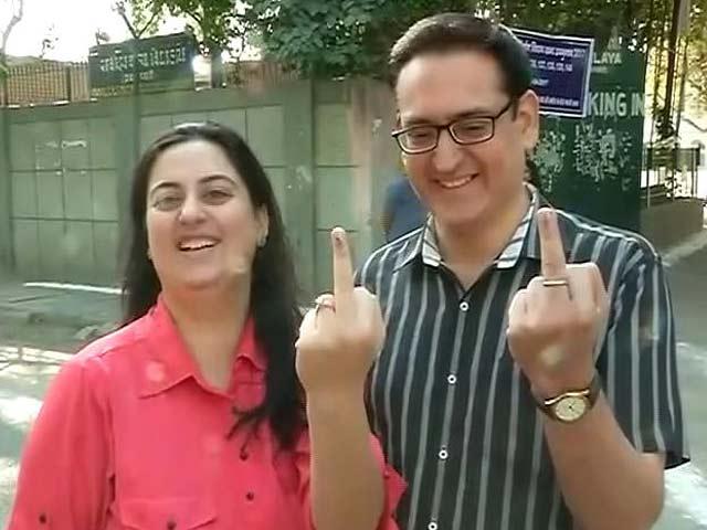 Videos : दिल्ली के राजौरी गार्डन सीट पर वोटिंग, 'आप' की परीक्षा