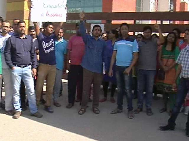 Video : 'Rs. 6000 For Stationery?': Parents Protest Private Schools Hiking Fees