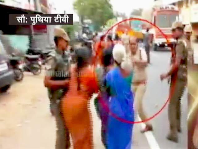 Video : कैमरे में कैद : महिला को पुलिसवाले ने सरेआम मारा थप्पड़