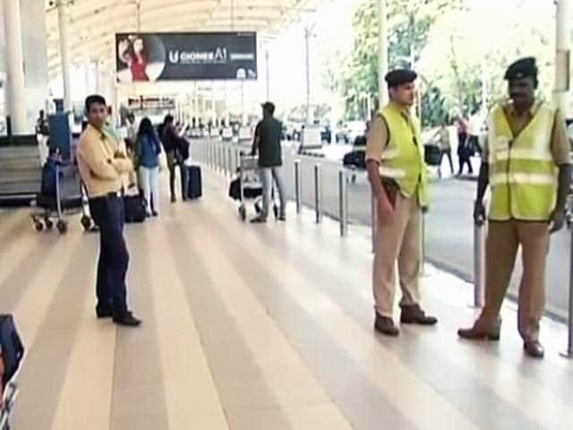 Video : हाइजैक की आशंका के बाद देश के तीन एयरपोर्ट पर सुरक्षा बढ़ाई गई