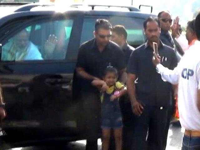 Videos : काफिले के बीच आई 4 साल की बच्ची से यूं मिले पीएम मोदी