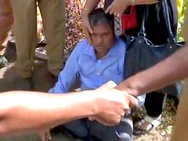 Videos : महाराष्ट्र के मुख्य सूचना आयुक्त की दलित कार्यकर्ताओं ने की पिटाई