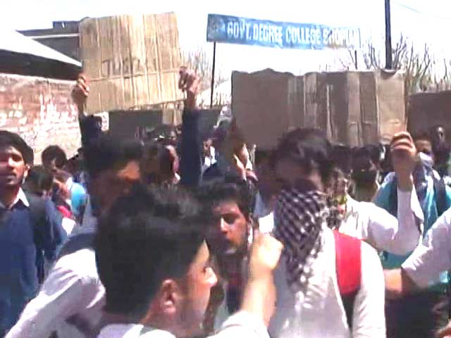 Video : Hundreds Of Students Clash with Security Forces During Kashmir Protests
