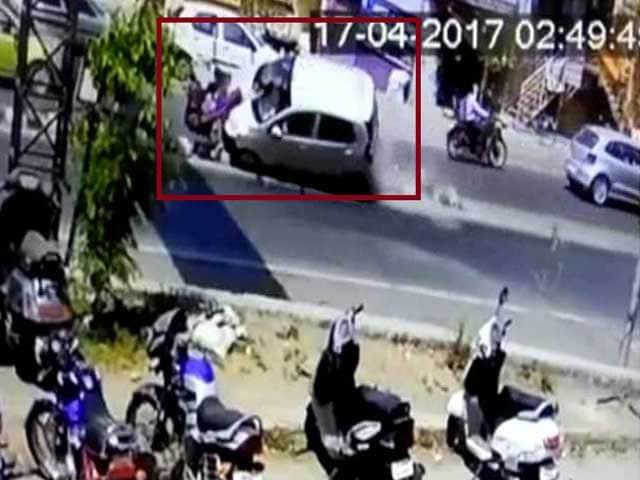 Videos : कैमरे में कैद दर्दनाक हादसा : कार ने 5 को रौंदा, बच्ची और मां की मौत