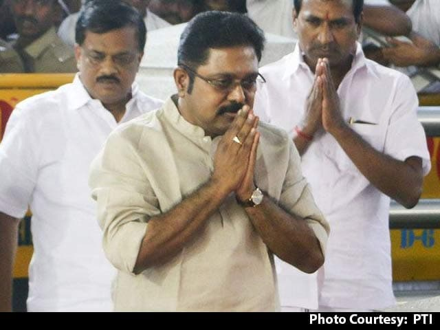 Video : Delhi Cops At Dinakaran's Door, Serve Summons Close To Midnight