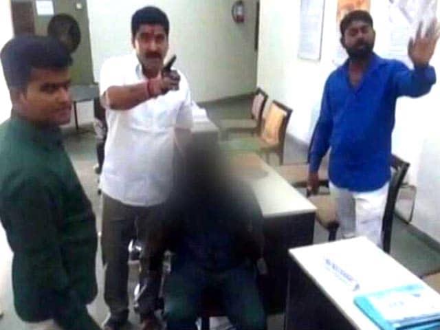 Videos : नागपुर : प्रिंसिपल पर लगा छात्रा से छेड़खानी का आरोप, शिवसैनिकों का हंगामा