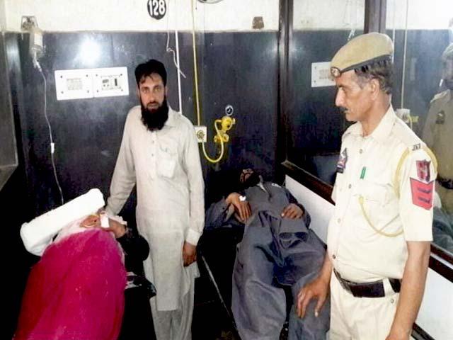 Videos : जम्मू-कश्मीर में कथित गौरक्षकों ने 5 लोगों को पीटा, 9 साल की बच्ची को भी नहीं बख्शा