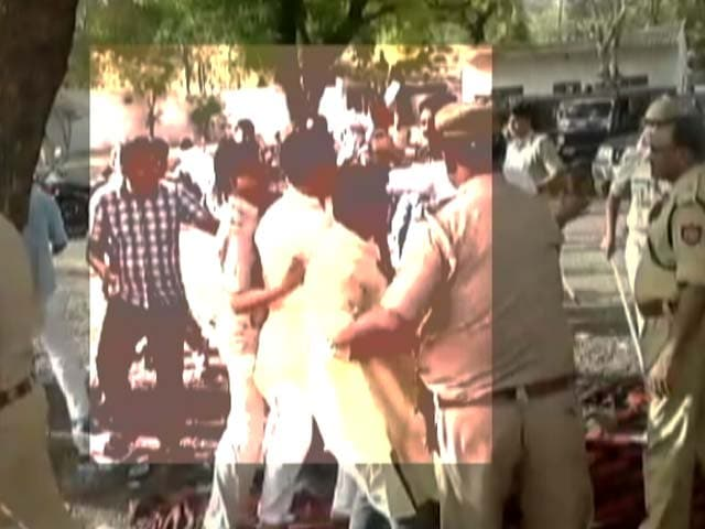 Video : Within Hours, Mob Violence At 2 Police Stations, One In Agra