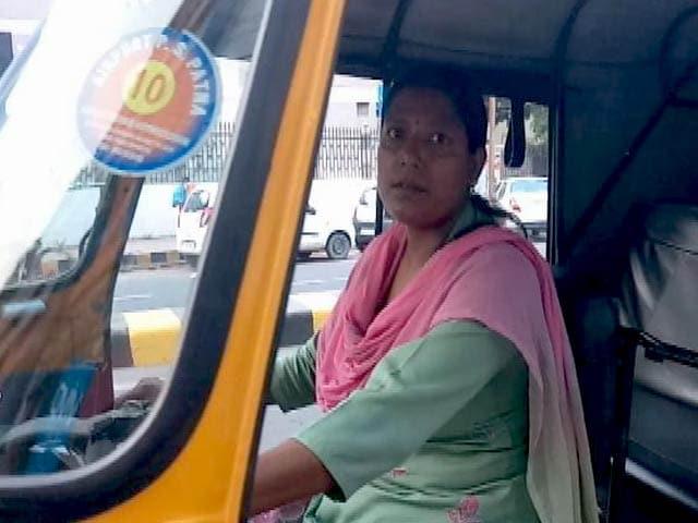 Videos : चार साल से पटना की सड़कों पर ऑटो चला रही हैं सुष्मिता, बचपन में पुलिस ज्वाइन करने का था सपना