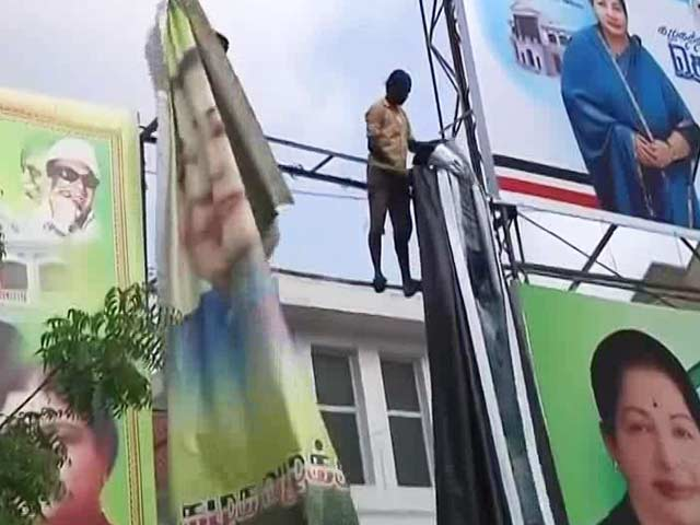 Video : AIADMK's Dinakaran Arrested Close To Midnight, VK Sasikala's Posters Come Down