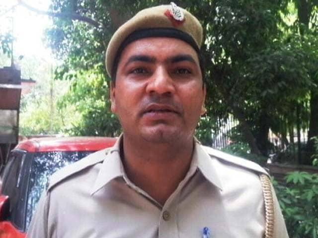 Video : दिल्ली : सिपाहियों ने दिया घायल लुटेरे को खून