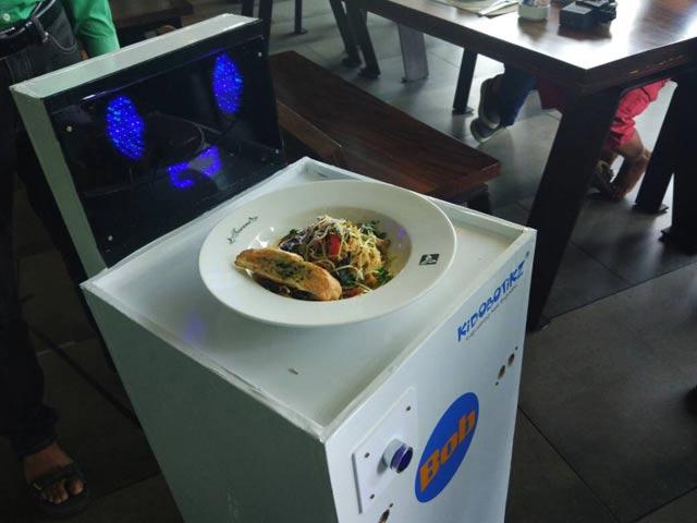 Video : रेस्तरां में रोबोट परोसेगा खाना