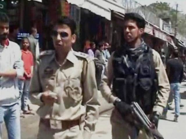 Videos : अनंतनाग : अंधाधुंध फायरिंग करते हुए बैंक में घुसे आतंकी