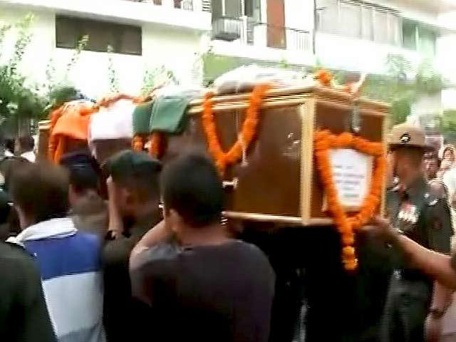 Videos : कुपवाड़ा में शहीद हुए कैप्टन आयुष यादव का पार्थिव शरीर उनके घर पहुंचा