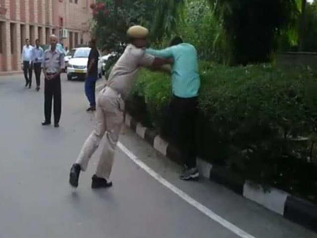 Videos : जोधपुर : होमगार्ड के जवान ने की पत्रकार के साथ हाथापाई