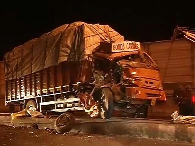 Video : मुंबई : माटुंगा में कार और ट्रक की टक्कर, 12 लोग घायल