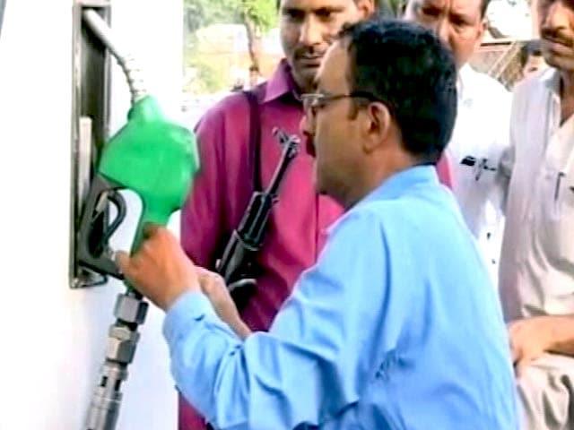 Videos : यूपी एसटीएफ़ ने पेट्रोल पंपों पर छापे मारे, एक पेट्रोल पंप पर संदिग्ध तार भी मिली