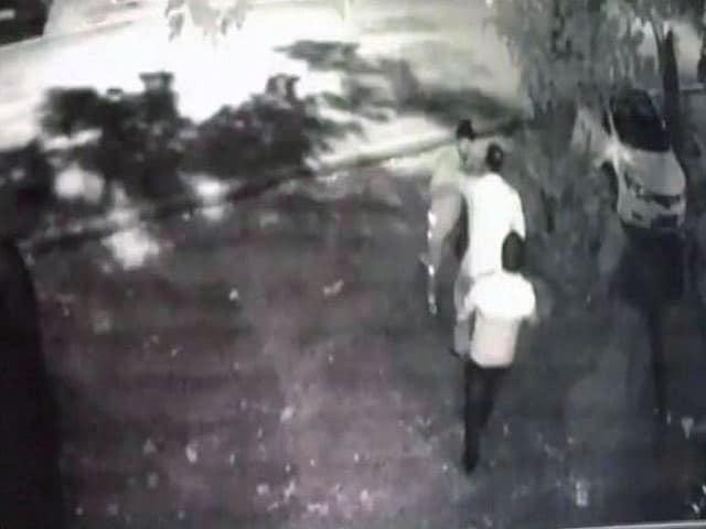 Video : दिल्ली बीजेपी के अध्यक्ष मनोज तिवारी के घर पर हमला