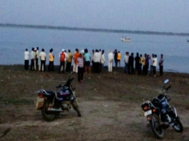 Videos : महाराष्ट्र के इंदापुर में नाव नदी में पलटी, 4 डॉक्टर डूबे