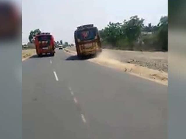 Videos : बस ड्राइवरों का दिल दहला देने वाली रेस, देखेंगे तो हैरान रह जाएंगे