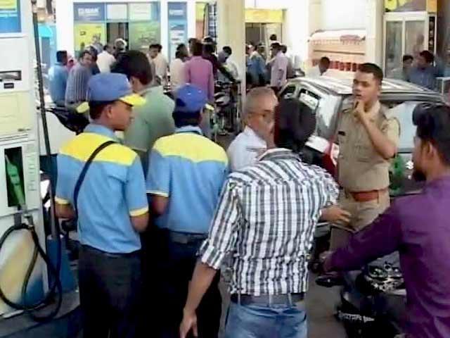Videos : सरकार की सख्ती के बाद लखनऊ में खत्म हुई पेट्रोल पंपों की हड़ताल