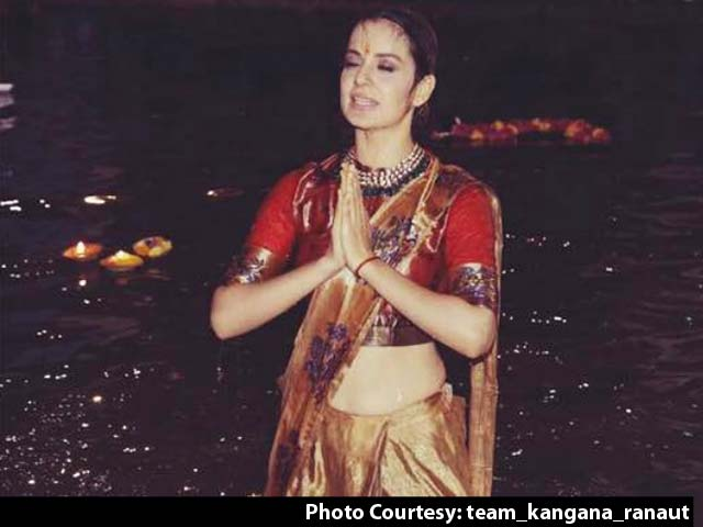 Video : Kangana Ranaut Takes Dip In The Ganga, Performs <i>Aarti</i> In Varanasi